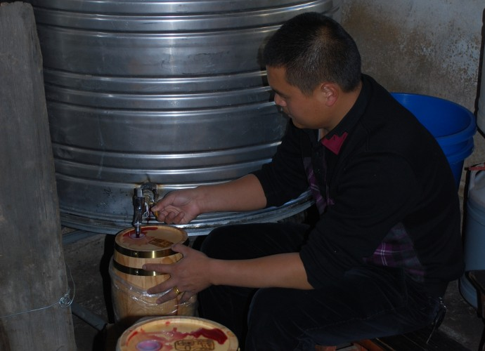 <p><b>A company hired Wu Gongdi's family to make wine for its employees as an annual bonus gift. The mini-barrels the company used to hold the wine are labeled 'Cizhong Chateau.'</b></p>