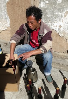 <b><p>Bottling 'Cizhong' labeled grape wine.</b></p>