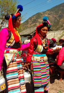<b><p>Wine in Cizhong turns into a must serve beverage during village weddings.</b></p>
